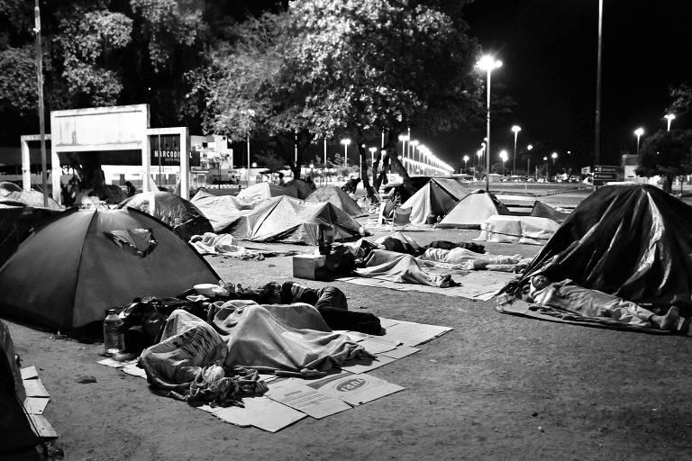 Venezuelanos dormem em acampamento improvisado na praça Simón Bolívar, em Boa Vista (RR)