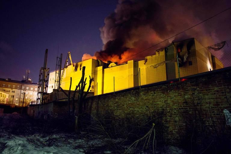 O incêndio que atingiu o shopping em Kemerovo; as chamas já foram controladas