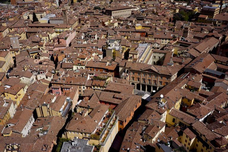 Foto mostra vista aérea da cidade de Bolonha, na Itália, onde brasileiro suspeito de abuso sexual foi preso