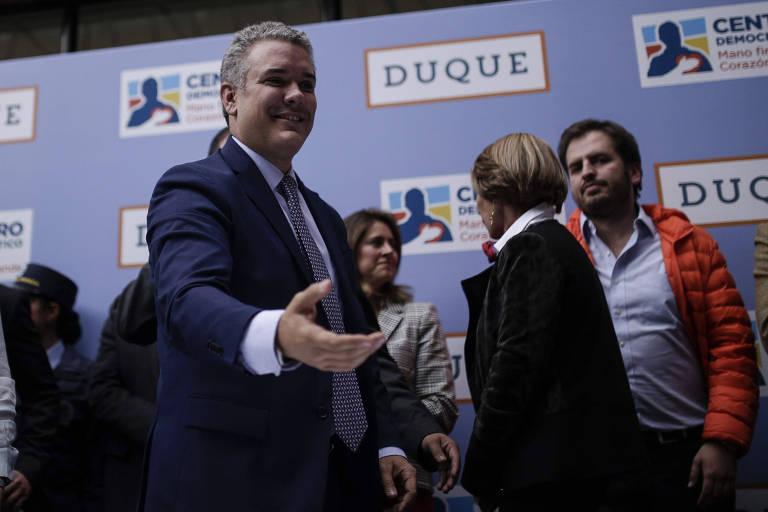 O candidato à Presidência da Colômbia Iván Duque (centro) inscreve sua chave na disputa, em Bogotá