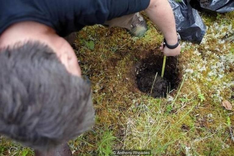 Cientista mede profundidade de solo a partir de um buraco circular