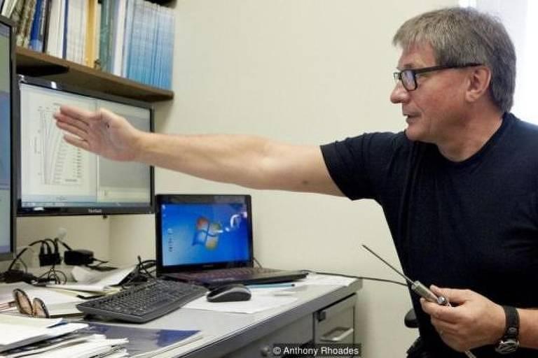 Vladimir Romanovsky no Laboratório de Permafrost, da Universidade do Alasca, em Fairbanks, mostra dados em tela de computador