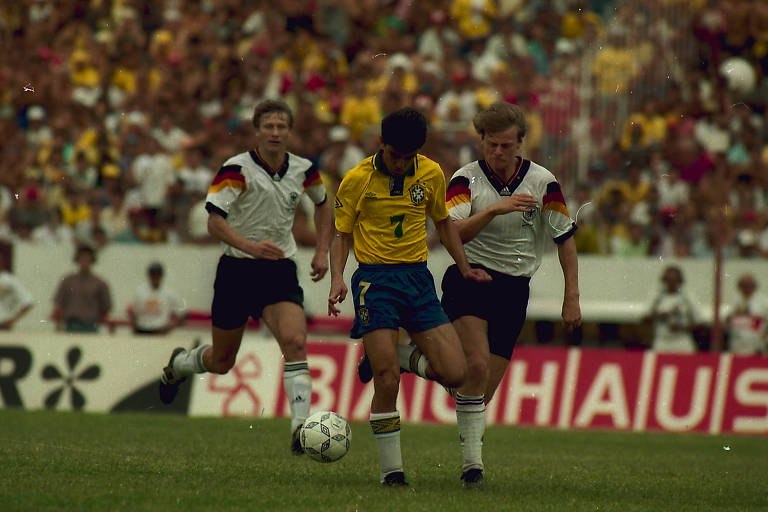 Bebeto, da seleção brasileira, conduz a bola seguido por dois jogadores da Alemanha, em partida realizada em 16 de dezembro de 1992