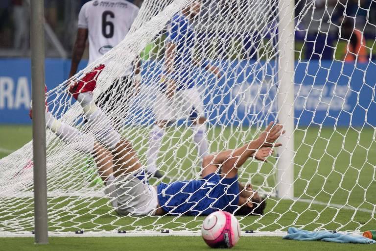 Atacante Fred, do Cruzeiro, que esteve em campo no 7 a 1, em lance no Mineirão com a nova rede instalada