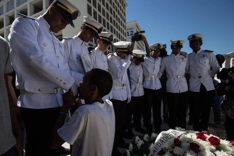 Militares se reúnem em volta de caixão com coroa de flores
