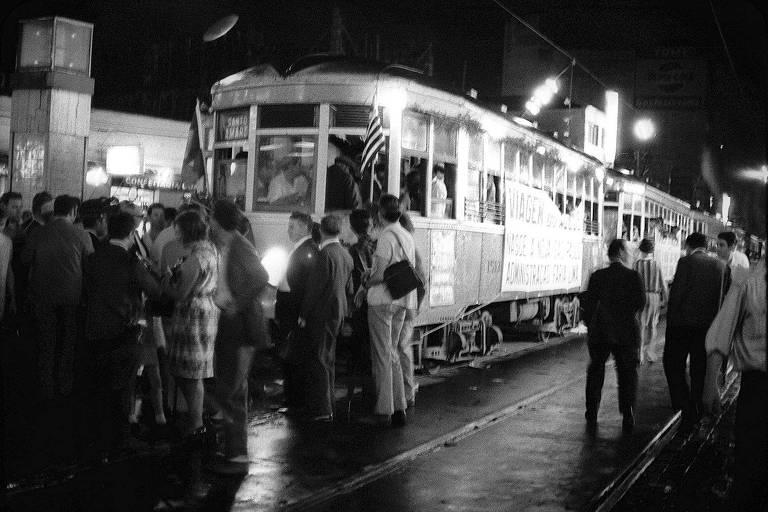 Último dia de operação de bondes na cidade de São Paulo; linhas desse meio de transporte, que chegaram a ter 700 km, foram extintas ano após ano
