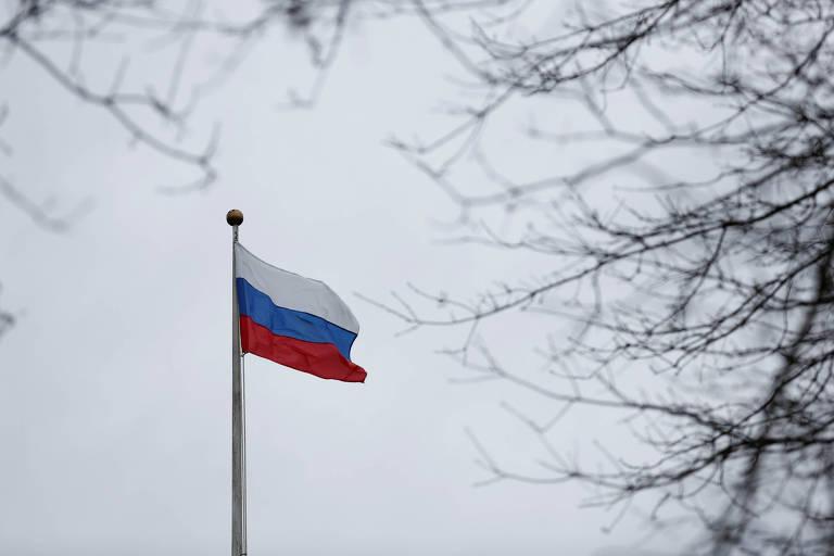 Bandeira russa tremula entre galhos de árvore em mastro no consulado do país em Seattle (prédio fora da foto), no noroeste dos EUA, que será fechado após decisão do governo americano