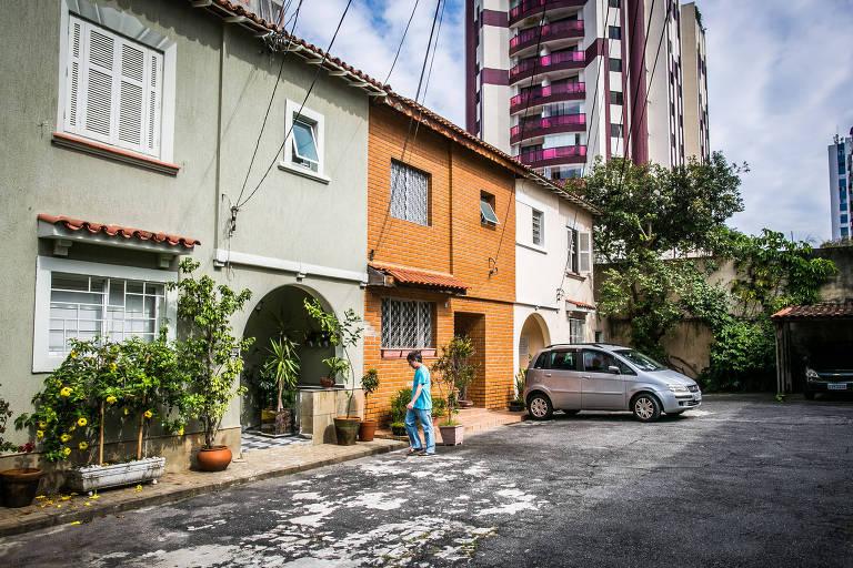 Pessoa anda em rua fechada no bairro da Vila Mariana
