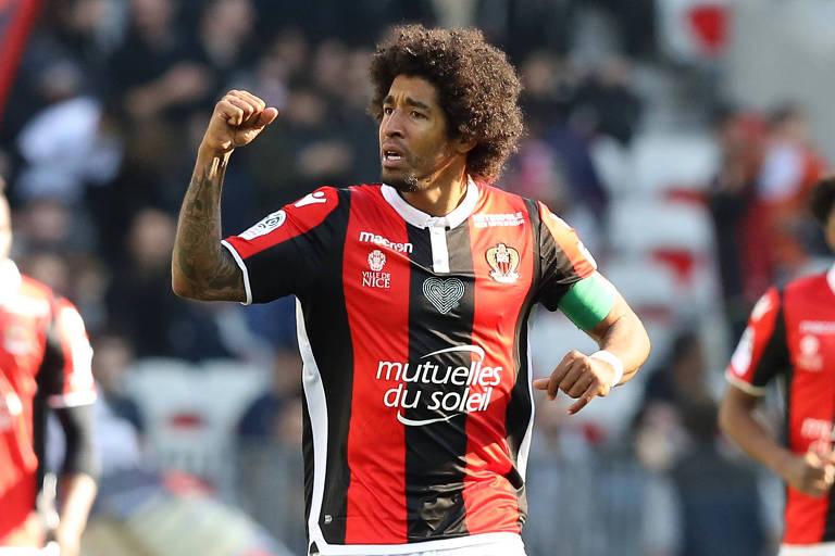 Zagueiro Dante comemora um gol do Nice em partida disputada contra o Nantes, pelo Campeonato Francês