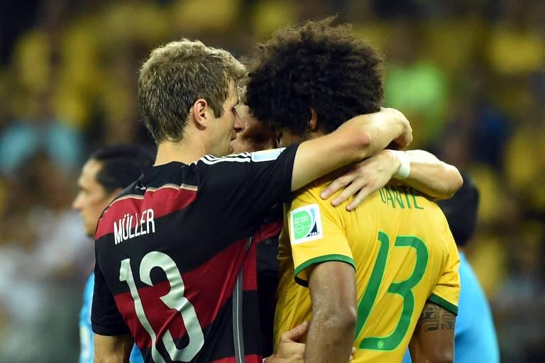 Dante é consolado por jogadores alemães após a seleção brasileira perder por 7 a 1 na semifinal da Copa-2014