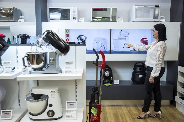 Prateleira virtual em loja do Pontofrio, da Via Varejo, no Shopping Vila Olímpia