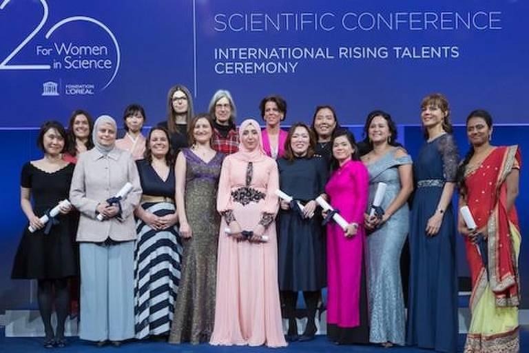 Premiação destaca mulheres promissoras na ciência; na foto, brasileira é a segunda da esquerda para a direita