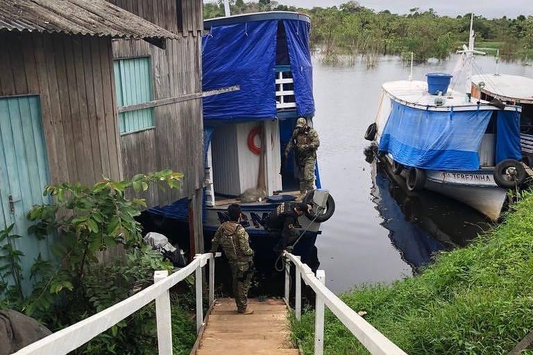 Policiais federais realizam operação contra políticos e garimpeiros acusados de envolvimento na queima de prédios públicos em Humaitá (AM)