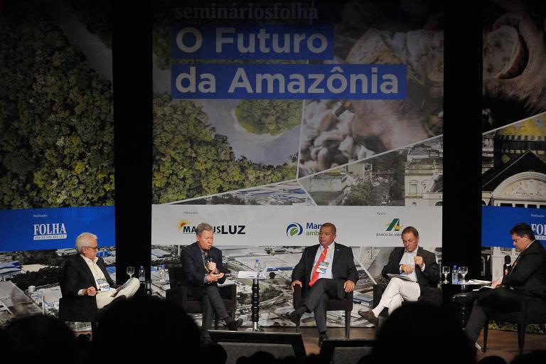 """Folha realiza o primeiro seminário """"O Futuro da Amazônia"""", em Manaus. em novembro de 2017. Na foto, os palestrantes, sentados em semicírculo, conversam sobre o tema, no palco do Teatro Manauara."""