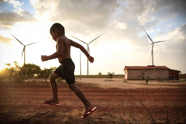 Garoto brinca em vilarejo na zona rural de Araripina (PE), onde a terra é arrendada para implantação de aerogeradores