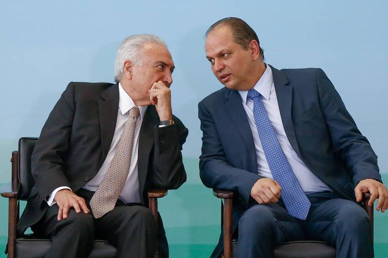 O presidente Michel Temer conversa com o ministro da Saúde, Ricardo Barros