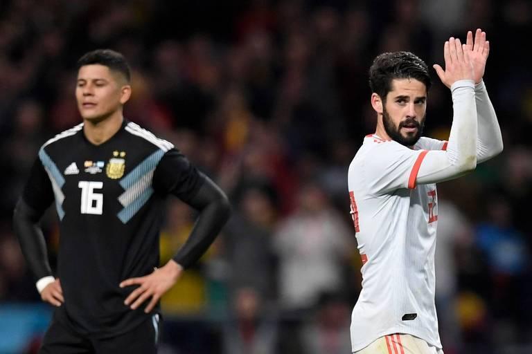 O meia da Espanha Isco comemora seu gol, para decepção do argentino Marcos Rojo, na goleada de 6 a 1 da seleção espanhola, em Madri