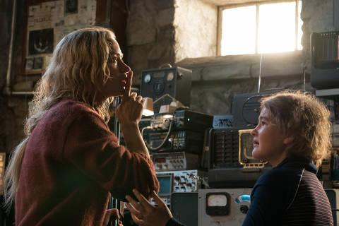 As atrizes Emily Blunt e Millicent Simmonds em cena do filme