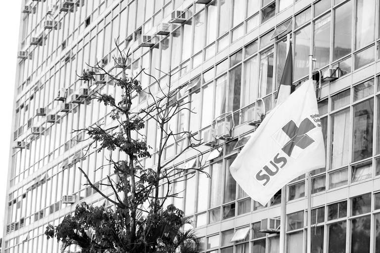 Bandeira do SUS (Sistema Único de Saúde) hasteada ao lado da bandeira do Brasil em frente ao Ministério da Saúde