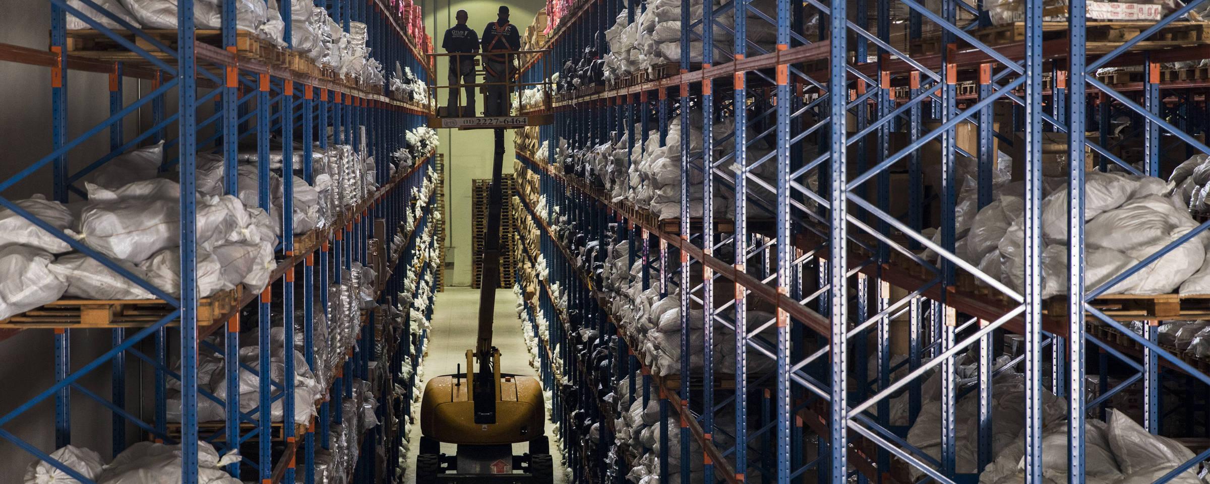 4f9aaa33b6f Funcionários usam gruas para checar mercadorias no depósito da Receita  Federal em São Paulo