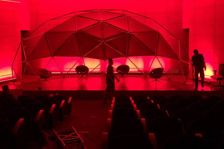Montado no auditório da Fapesp, o cenário feito de domos terá projeções interativas em vídeo mapping