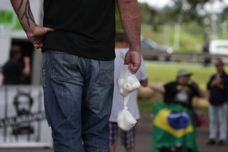 Manifestante segura saco com ovos durante carreata organizada pelo MBL