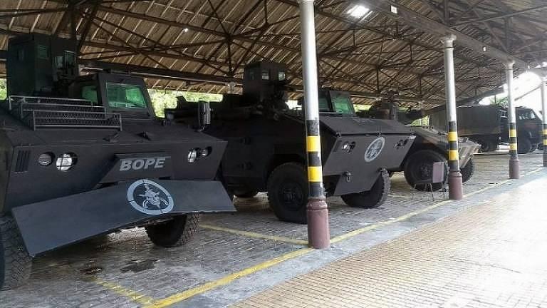 Veículos blindados pretos com um emblema de caveira na frente