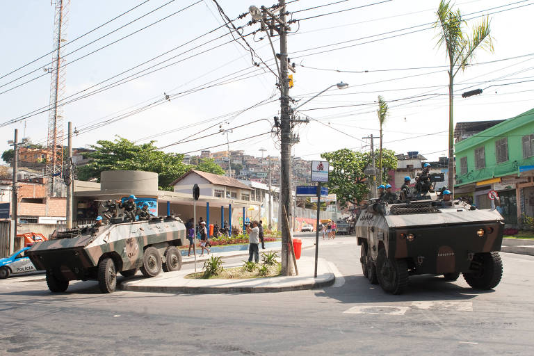 Dois veículos blindados com as cores do Exército em favela no Rio de Janeiro