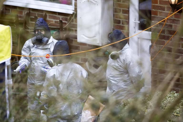 Investigadores trabalham no jardim da casa do ex-espião russo Serguei Skripal em Salisbury, no sul da Inglaterra