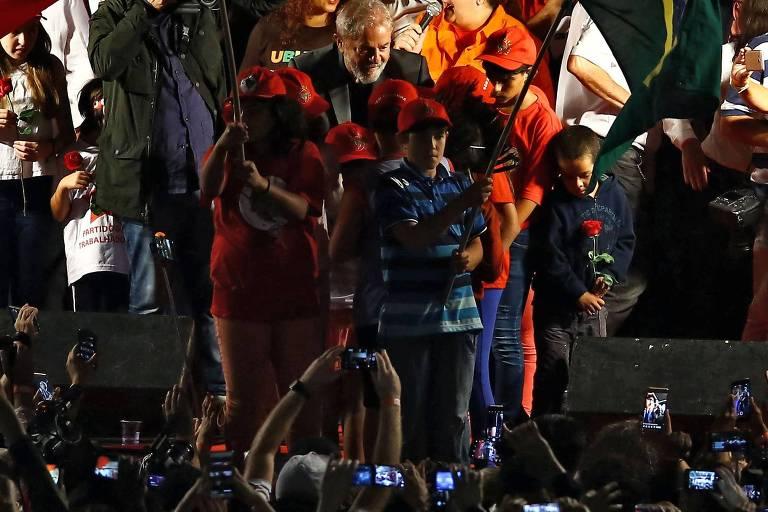 Ex-presidente Lula posa para fotos em último dia da caravana, em Curitiba