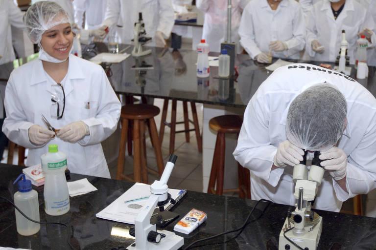 Alunos de escola técnica em São Paulo participam de aula em laboratório