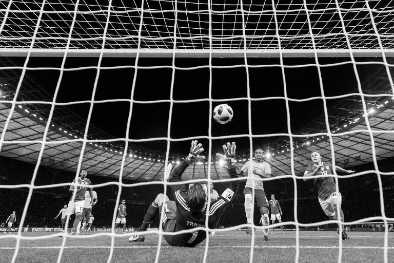 Goleiro Kevin Trapp falha ao tentar defender bola cabeceada por Gabriel Jesus; lance resultou no gol que garantiu a vitória da seleção brasileira