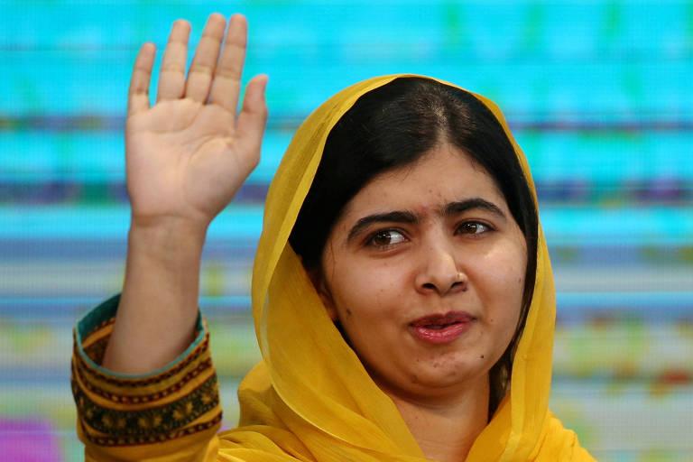 Malala Yousafzai acena a estudantes em evento na Cidade do México em agosto; ativista pela educação volta ao Paquistão pela primeira vez desde ataque