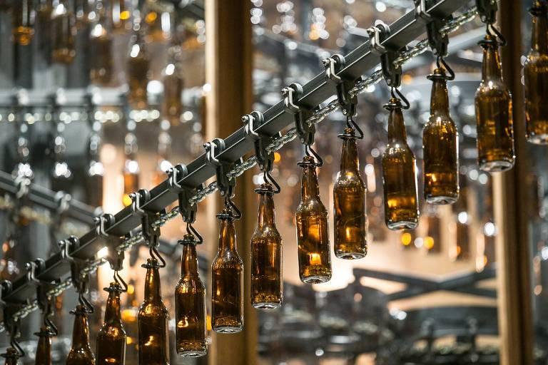 Esteira com cervejas faz parte da decoração do Bardassê, da cervejaria Ambev