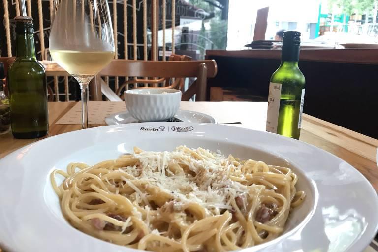 Espaguete à carbonara é opção de massa na loja da importadora Ravin; pratos são da cantina Pasquale