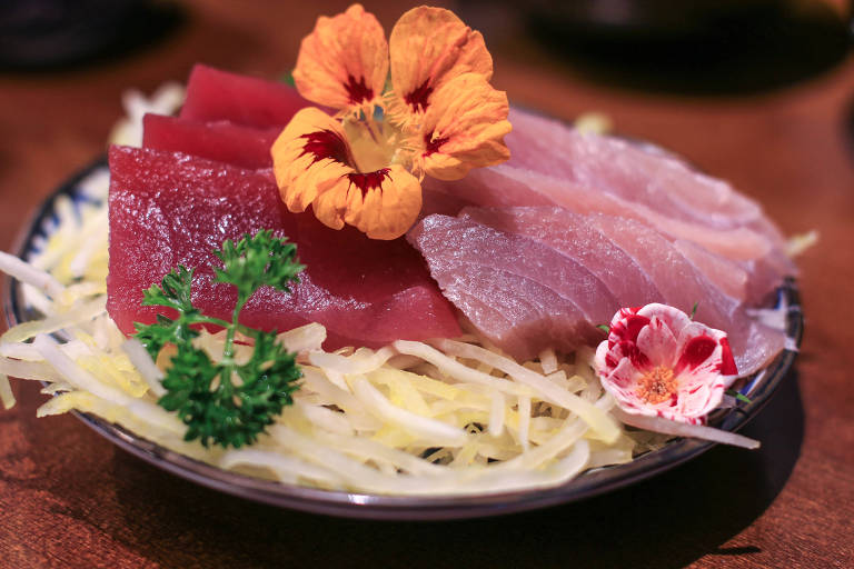 Sashimis das costas e da barriga do atum servido na Peixaria Mitsugi