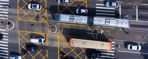 SAO PAULO, SP  BRASIL-05-03- 2018 : Vista do corredor de onibus da Av Nove de Julho, com a Av Brasil em Sao Paulo.  ( Foto: Joel Silva/Folhapress ) ***ESPECIAL REVISTA *** ( ***EXCLUSIVO FOLHA***)