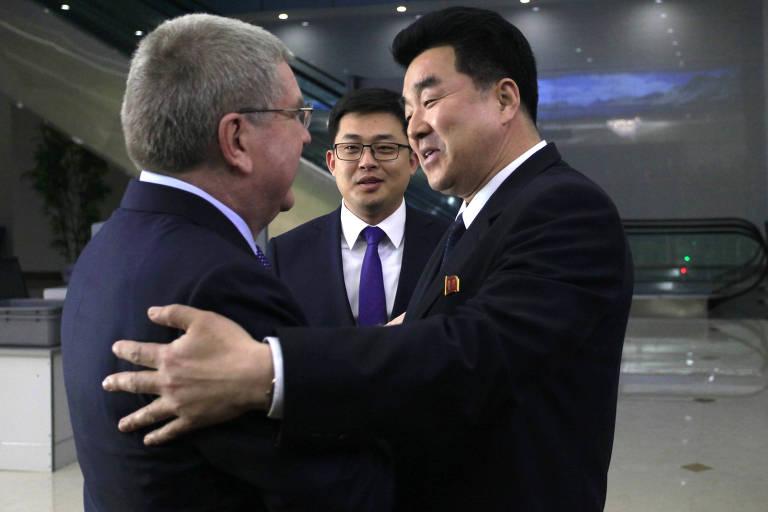 O presidente do COI, Thomas Bach, cumprimenta o ministro do Esporte da Coreia do Norte,  Kim Il Guk, na chegada a Pyongyang