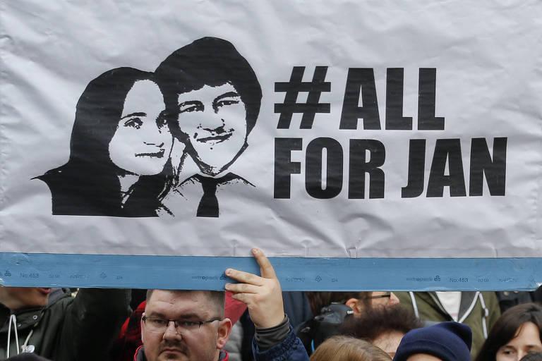 Eslovacos protestam em Bratislava contra com o primeiro-ministro Robert Fico com cartazes que exibem imagem do jornalista Jan Kusiack e sua namorada,  Martina Kusnirova, que foram assassinados,