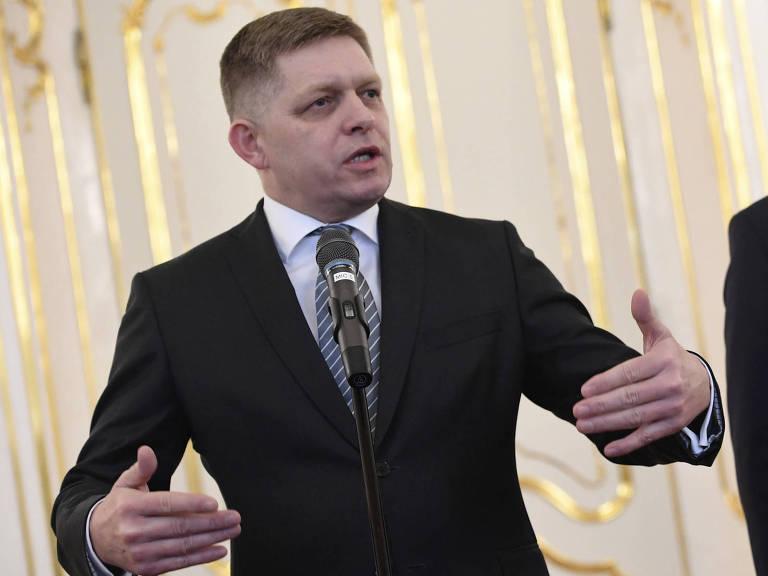 O primeiro-ministro Robert Fico ao anunciar sua renúncia na Eslováquia