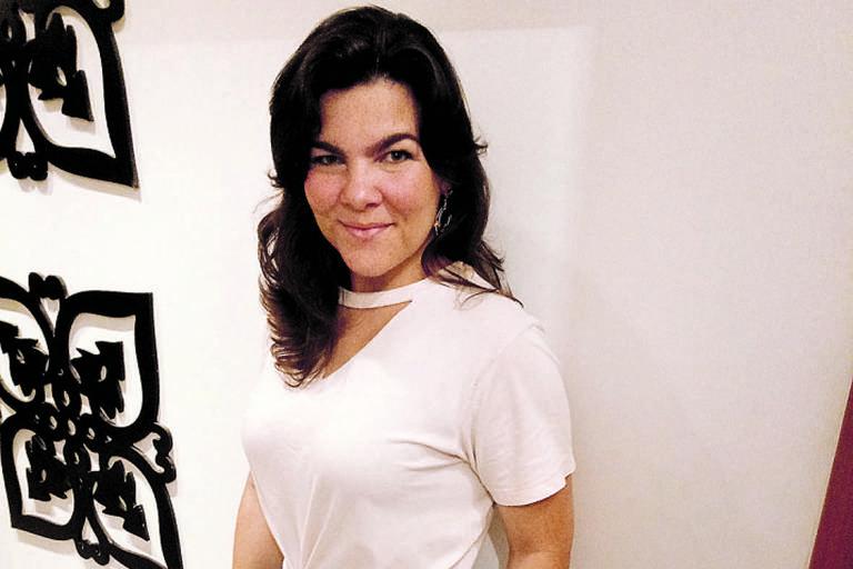Kelly Serrano, consultora de estilo, ensina a fazer gola 'chocker'