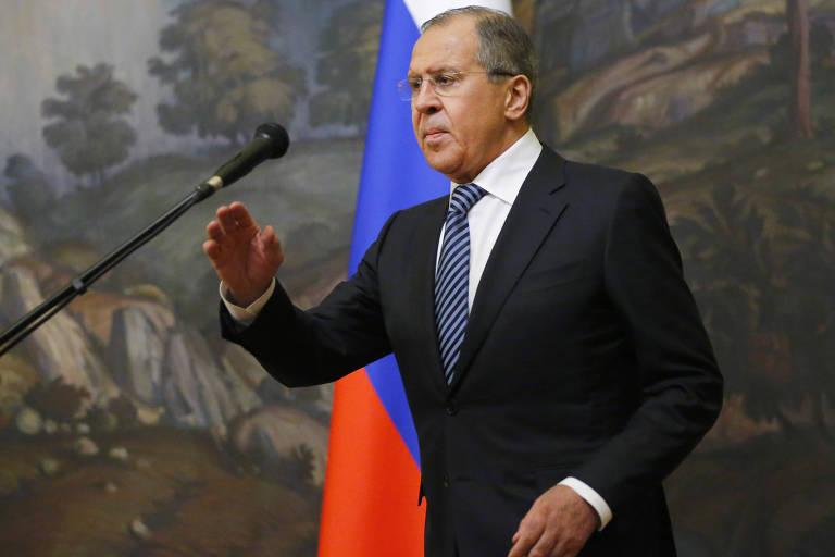 O ministro das Relações Exteriores russo, Serguei Lavrov, fala a repórteres em Moscou