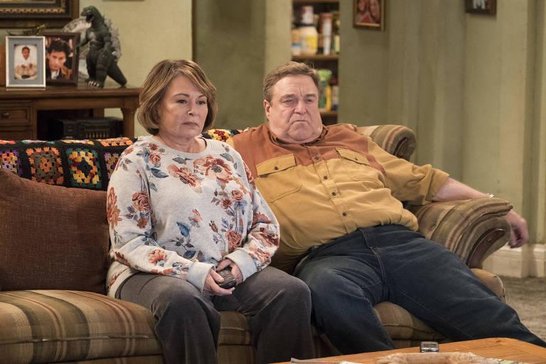 Roseanne Barr e John Goodman em cena do primeiro episódio da nova versão da série de TV 'Roseanne', exibida nos Estados Unidos pelo canal ABC
