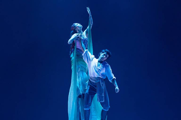 """Fabi Bang é Ariel, que se apaixona pelo príncipe vivido por Rodrigo Negrini, no musical """"A Pequena Sereia"""""""