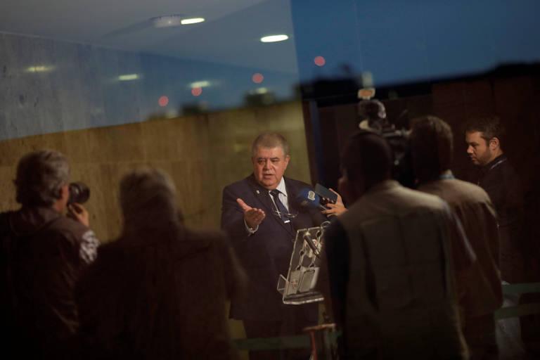 O ministro da Secretaria de Governo, Carlos Marun, fala a repórteres em Brasília