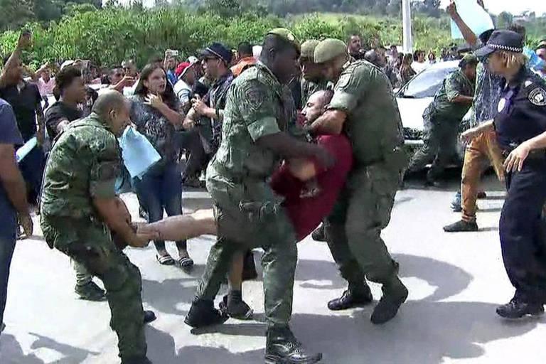 Manifestantes e guardas entraram em confronto na manhã desta quinta-feira (29) após inauguração de hospital nesta quinta (29)