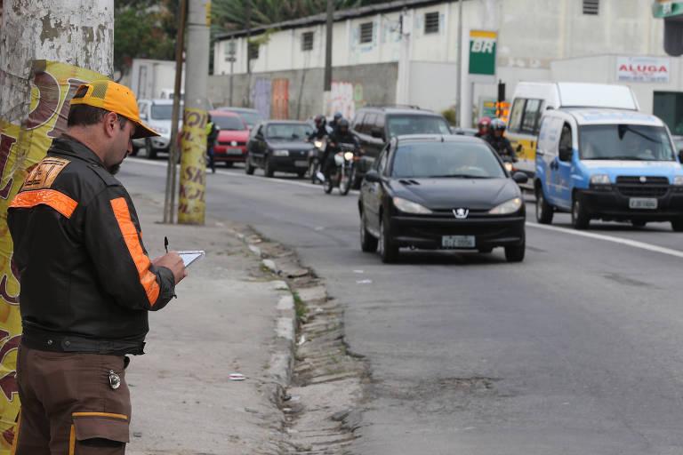 Fiscal da CET (Companhia de Engenharia de Tráfego) autua motorista em São Paulo