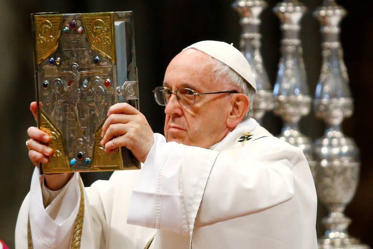 Com Batina Branca O Papa Francisco Levanta A Biblia Capa Dourada E Pedras