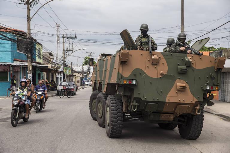 Soldados das Forças Armadas durante operação na Vila Aliança, na zona oeste do Rio