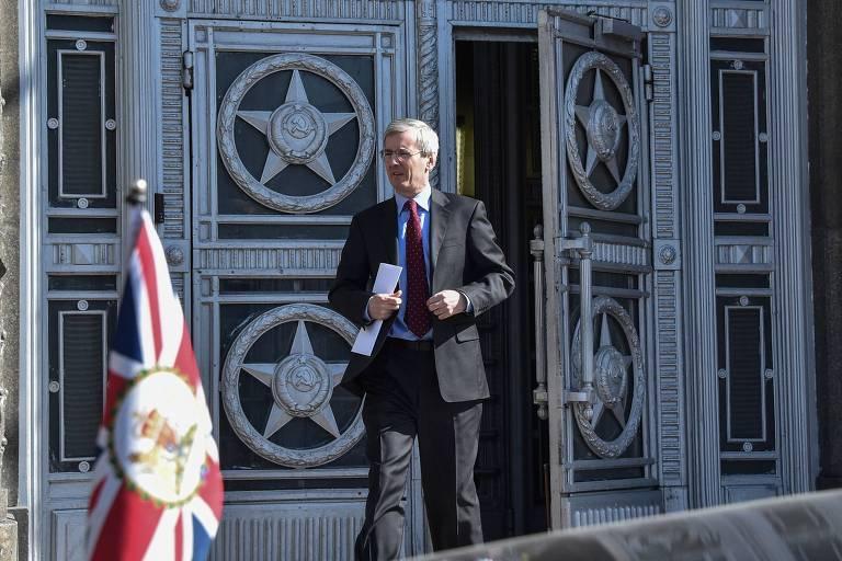 O embaixador britânico Laurie Bristow deixa o prédio do Ministério das Relações Exteriores da Rússia em Moscou